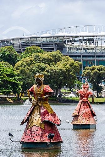 Escultura representando 8 Orixás no Dique do Tororó com o Complexo Esportivo Cultural Octávio Mangabeira - também conhecido como Arena Fonte Nova - ao fundo  - Salvador - Bahia (BA) - Brasil