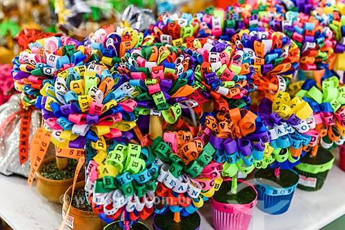 Detalhe de souvenir de fitinhas coloridas à venda em Salvador  - Salvador - Bahia (BA) - Brasil