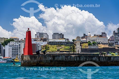 Vista do quebra-mar e da cidade alta a partir da Baía de Todos os Santos  - Salvador - Bahia (BA) - Brasil