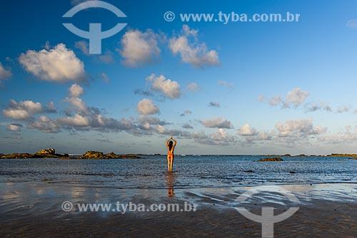 Mulher praticando Yoga na orla da 3ª Praia - movimento Tadasana  - Cairu - Bahia (BA) - Brasil