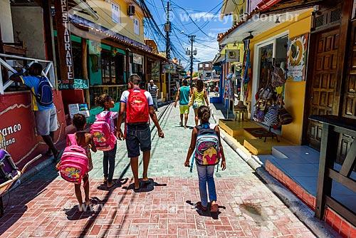 Crianças indo para escola na Rua da Praia  - Cairu - Bahia (BA) - Brasil