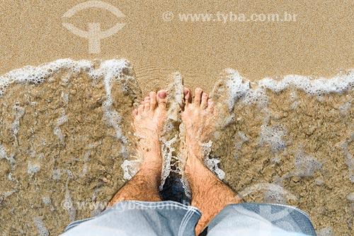 Detalhe de pés na orla da Praia de Garapuá  - Cairu - Bahia (BA) - Brasil