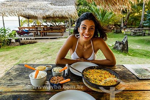 Mulher em restaurante na Praia de Moreré  - Cairu - Bahia (BA) - Brasil