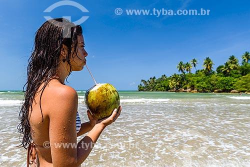 Mulher bebendo água de côco na orla da Praia da Cueira  - Cairu - Bahia (BA) - Brasil