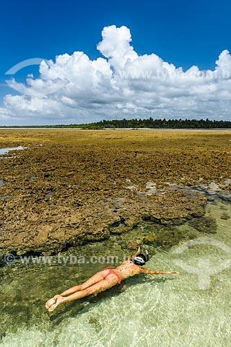 Mulher nadando nas piscinas naturais da Ponta dos Castelhanos  - Cairu - Bahia (BA) - Brasil