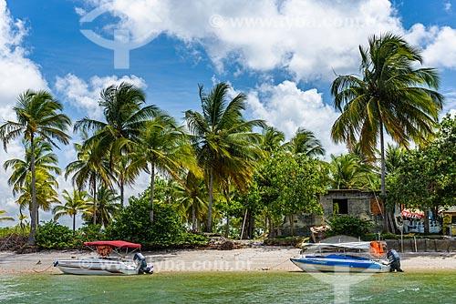 Vista de lancha atracada na Ilha do Sapinho a partir da Baía de Camamu  - Camamu - Bahia (BA) - Brasil