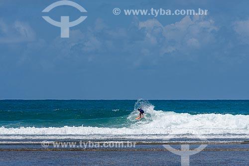 Surfista na Praia de taipús de fora  - Maraú - Bahia (BA) - Brasil