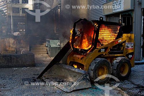 Trator incendiado durante protesto contra pacote de medidas do governo  - Rio de Janeiro - Rio de Janeiro (RJ) - Brasil