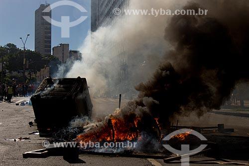 Fogo durante protesto contra pacote de medidas do governo  - Rio de Janeiro - Rio de Janeiro (RJ) - Brasil