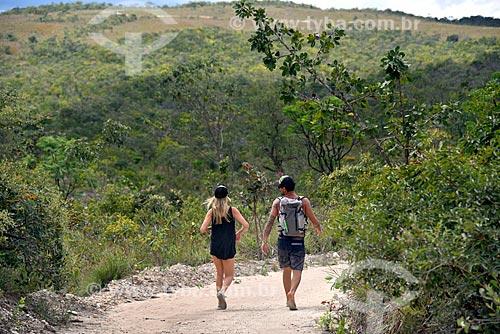 Turistas na trilha que leva para à Cachoeira Almécegas II no Parque Nacional da Chapada dos Veadeiros  - Alto Paraíso de Goiás - Goiás (GO) - Brasil
