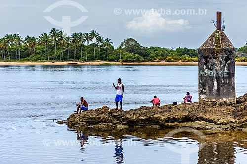 Pescadores na orla do Rio de Contas  - Itacaré - Bahia (BA) - Brasil