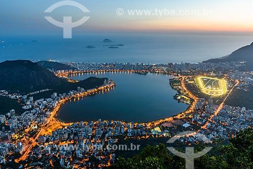 Vista da Lagoa Rodrigo de Freitas a partir do mirante do Cristo Redentor durante o pôr do sol  - Rio de Janeiro - Rio de Janeiro (RJ) - Brasil