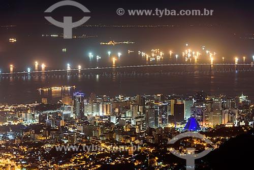 Vista geral do centro da cidade do Rio de Janeiro a partir do mirante do Cristo Redentor durante a noite com a Ponte Rio-Niterói (1974) ao fundo  - Rio de Janeiro - Rio de Janeiro (RJ) - Brasil