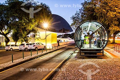 Estação tubular de ônibus articulados - também conhecido como Estação Tubo - com o Museu Oscar Niemeyer - também conhecido como Museu do Olho - ao fundo  - Curitiba - Paraná (PR) - Brasil