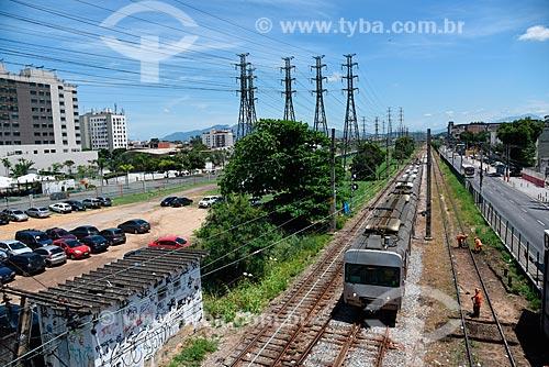 Operários trabalhando na manutenção ferrovia próximo à Estação Madureira da Supervia - concessionária de serviços de transporte ferroviário  - Rio de Janeiro - Rio de Janeiro (RJ) - Brasil