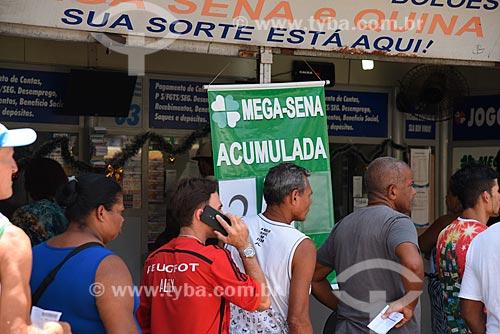 Fila em frente à Casa lotérica  - Rio de Janeiro - Rio de Janeiro (RJ) - Brasil