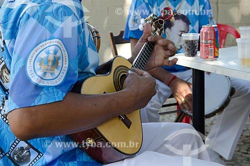 Homem tocando cavaquinho na roda de samba de músicos do Grêmio Recreativo Escola de Samba Unidos de Vila Isabel  - Rio de Janeiro - Rio de Janeiro (RJ) - Brasil