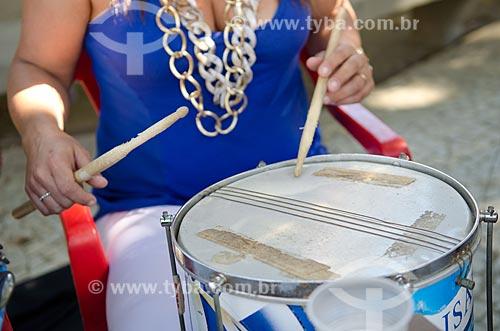Mulher tocando caixa de guerra na roda de samba de músicos do Grêmio Recreativo Escola de Samba Unidos de Vila Isabel  - Rio de Janeiro - Rio de Janeiro (RJ) - Brasil
