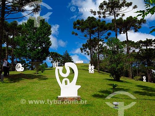 Esculturas no jardim do Museu Felícia Leirner  - Campos do Jordão - São Paulo (SP) - Brasil