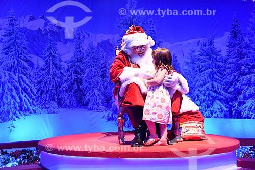Papai Noel e criança na exposição Uma Aventura de Natal - no Armazém 2 do Cais da Gamboa  - Rio de Janeiro - Rio de Janeiro (RJ) - Brasil