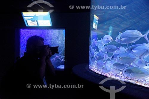 Homem fotografando cardume no AquaRio - aquário marinho da cidade do Rio de Janeiro  - Rio de Janeiro - Rio de Janeiro (RJ) - Brasil