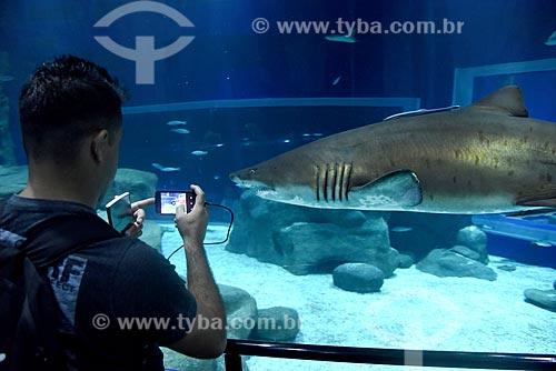 Homem fotografando tubarão no AquaRio - aquário marinho da cidade do Rio de Janeiro  - Rio de Janeiro - Rio de Janeiro (RJ) - Brasil