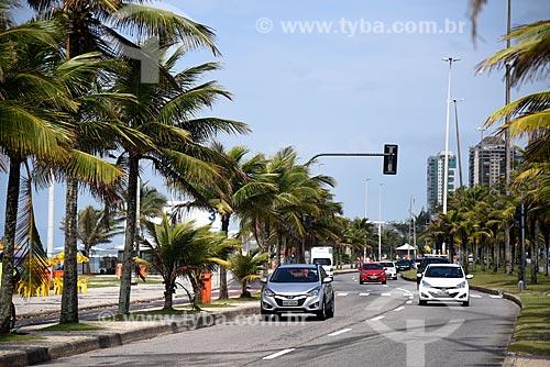 Tráfego na Avenida Lúcio Costa - também conhecida como Avenida Sernambetiba  - Rio de Janeiro - Rio de Janeiro (RJ) - Brasil