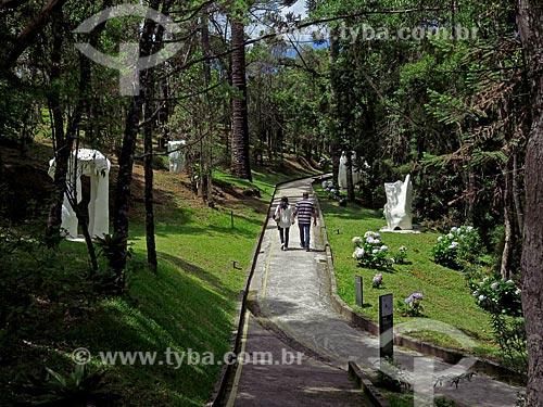 Casal no jardim do Museu Felícia Leirner  - Campos do Jordão - São Paulo (SP) - Brasil