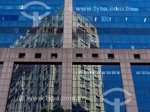 Reflexo do Edifício Joseph Gire (1929) - também conhecido como Edifício A Noite - no Centro Empresarial RB1  - Rio de Janeiro - Rio de Janeiro (RJ) - Brasil