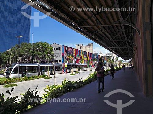 Veículo leve sobre trilhos na Orla Prefeito Luiz Paulo Conde com o Mural Etnias ao fundo  - Rio de Janeiro - Rio de Janeiro (RJ) - Brasil