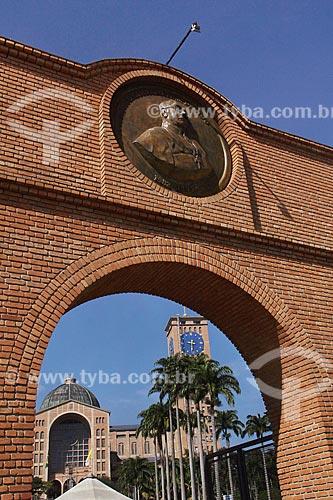 Entrada do Santuário Nacional de Nossa Senhora da Conceição Aparecida (1980)  - Aparecida - São Paulo (SP) - Brasil