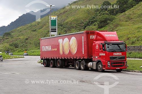 Caminhão da cervejaria Itaipava parado em posto de gasolina da Rodovia Governador Mário Covas (BR-101), também conhecida como rodovia Rio-Santos  - Mangaratiba - Rio de Janeiro (RJ) - Brasil