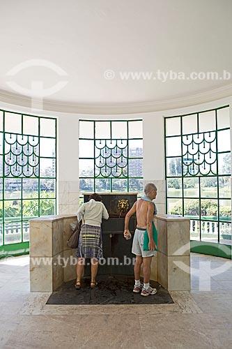 Turistas na Fonte Vichy no Parque das Águas São Lourenço  - São Lourenço - Minas Gerais (MG) - Brasil