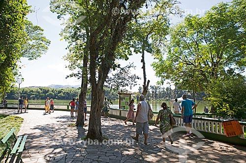 Pessoas às margens do Lago de São Lourenço no Parque das Águas São Lourenço  - São Lourenço - Minas Gerais (MG) - Brasil