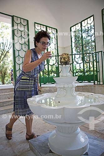 Mulher bebendo água mineral da Fonte Magnesiana Andrade Figueira no Parque das Águas São Lourenço  - São Lourenço - Minas Gerais (MG) - Brasil