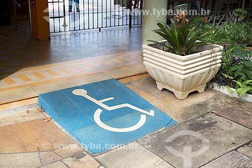 Rampa de acesso para pessoa com deficiência no Parque Dr. Lisandro Carneiro Guimarães (Parque das Águas de Caxambu)  - Caxambu - Minas Gerais (MG) - Brasil