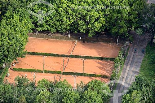 Vista de quadras de tênis do Parque Dr. Lisandro Carneiro Guimarães (Parque das Águas de Caxambu) durante travessia do Teleférico de Caxambu  - Caxambu - Minas Gerais (MG) - Brasil