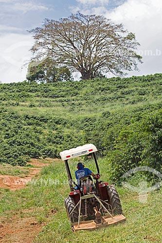 Roçadeira próximo à plantação de café na Fazenda Serra Azul  - Carmo de Minas - Minas Gerais (MG) - Brasil