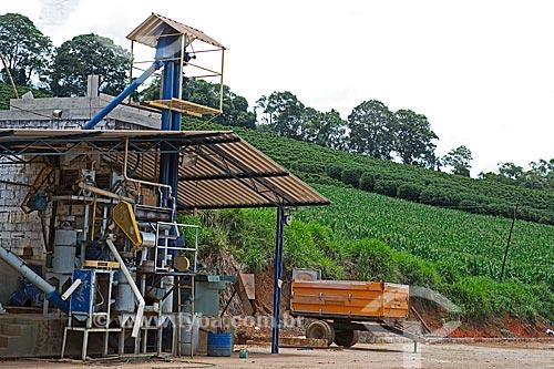 Despolpadeira de café com plantação de milho e café ao fundo na Fazenda Serra Azul  - Carmo de Minas - Minas Gerais (MG) - Brasil