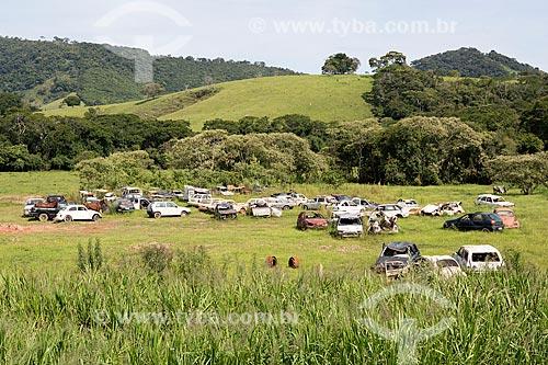 Ferro-velho às margens da Rodovia BR-383  - Caxambu - Minas Gerais (MG) - Brasil
