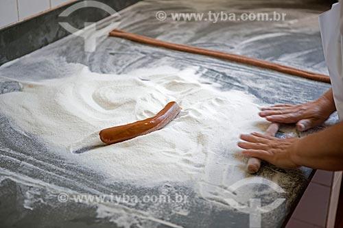 Confeiteira preparando balas de doce de leite na fábrica de doces Imperial - km 92 da Rodovia BR-354  - Caxambu - Minas Gerais (MG) - Brasil