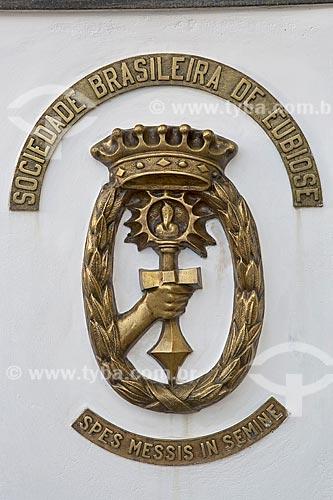 Detalhe de brasão na entrada do Templo sede da Sociedade Brasileira de Eubiose  - São Lourenço - Minas Gerais (MG) - Brasil