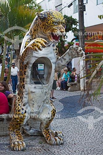 Telefone público em forma de onça pintada na Calçadão da Rua Wenceslau Braz  - São Lourenço - Minas Gerais (MG) - Brasil