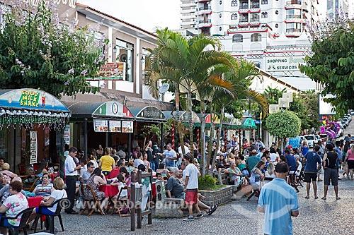 Pessoas no calçadão da Rua Wenceslau Braz  - São Lourenço - Minas Gerais (MG) - Brasil