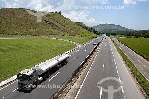 Caminhão-tanque no km 330 da Rodovia Presidente Dutra (BR-116) próximo à Engenheiro Passos  - Resende - Rio de Janeiro (RJ) - Brasil