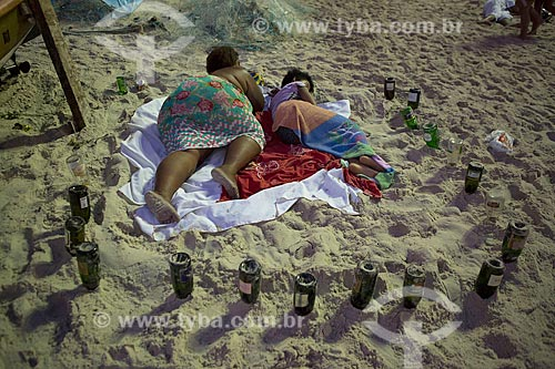 Pessoas dormindo na areia da Praia de Copacabana - posto 6 - após festa de Réveillon  - Rio de Janeiro - Rio de Janeiro (RJ) - Brasil