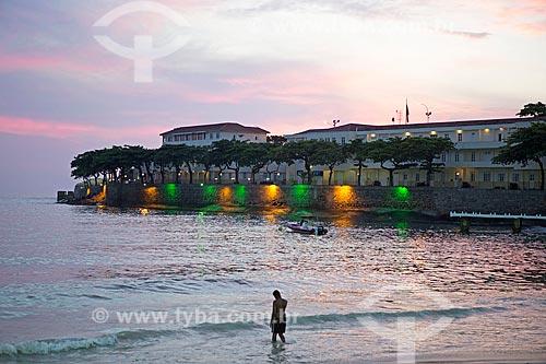 Banhista na Praia de Copacabana com o antigo Forte de Copacabana (1914-1987), atual Museu Histórico do Exército - com iluminação especial  - Rio de Janeiro - Rio de Janeiro (RJ) - Brasil