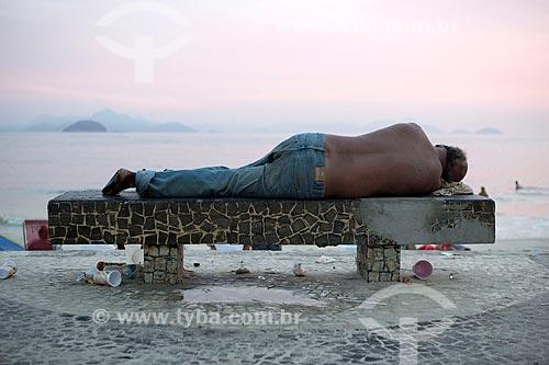 Morador de rua dormindo em banco da Praia de Copacabana  - Rio de Janeiro - Rio de Janeiro (RJ) - Brasil