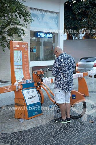 Homem na estação 04 do posto seis da Bike Rio  - Rio de Janeiro - Rio de Janeiro (RJ) - Brasil