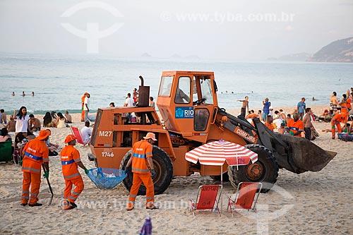 Garis limpando a Praia de Ipanema - posto 8 - após festa de Réveillon  - Rio de Janeiro - Rio de Janeiro (RJ) - Brasil